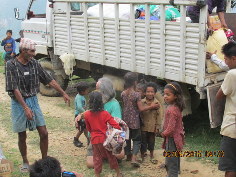 Todo el mundo espera algo, los niños corretean y juegan en torno a los alimentos.
